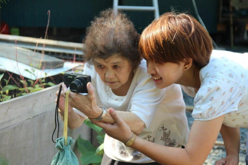 Internship student teaches photography to citizens in Otsuchi. Image used with permission.