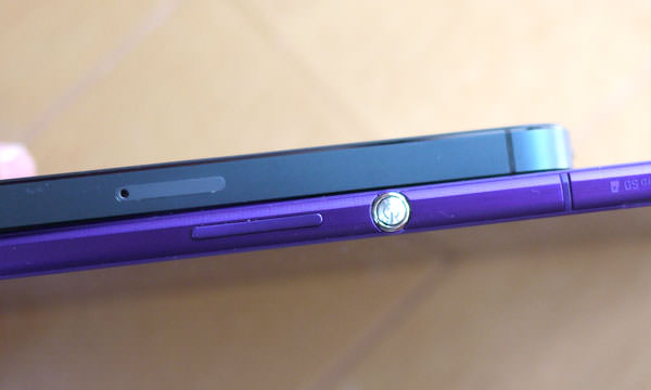 「Xperia Z Ultra」と「iPhone 5」の薄さを比較