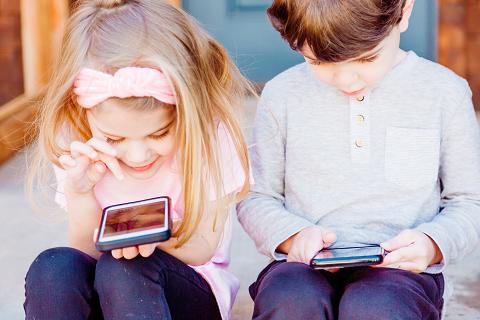 子どもがスマートフォンを操作