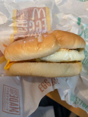 マクドナルドのエッグチーズバーガー