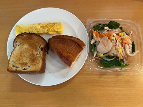 パン2個、卵焼き、サラダのお昼ご飯