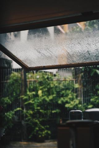 雨が降り続く