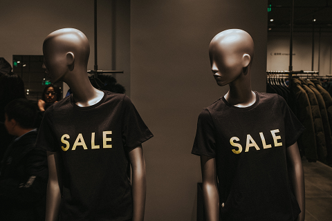 SALEのTシャツから、値引きの意味を示している
