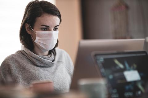 マスクをしてパソコンで仕事