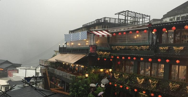 霧雨降る台湾の九份の千と千尋と同じ町並み
