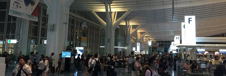 羽田空港のIカウンター付近の混雑具合