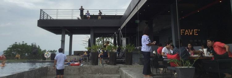 2階のFAVE'Cupというレストランと向かいのプールの様子