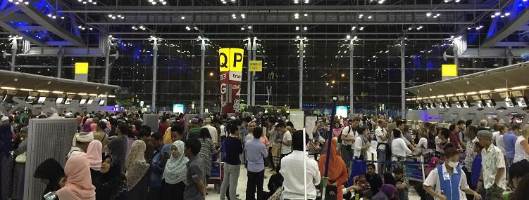 8月の深夜のスワンナプーム空港の混み合い状況