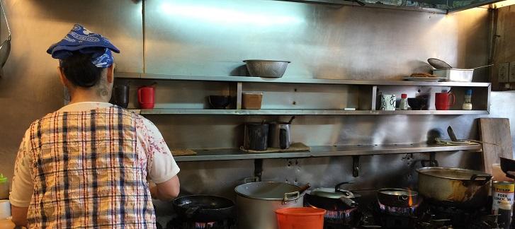 三笠食堂の炊事場のようす。
