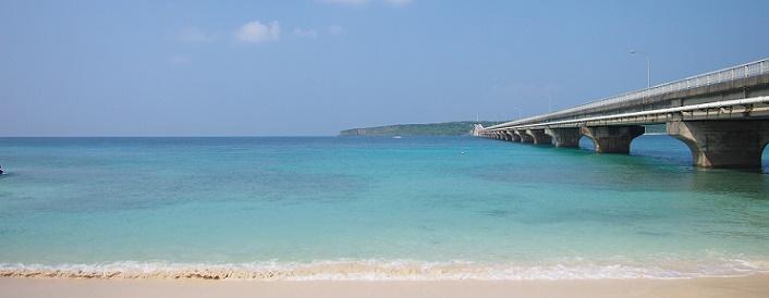 来間島へと続く橋と海岸の様子