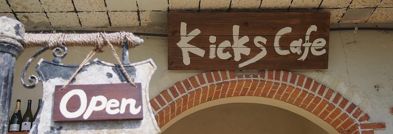 Kicks Cafe入り口の看板