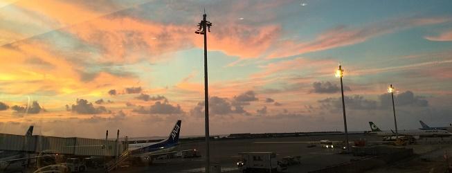 那覇空港のラウンジからみる夕日