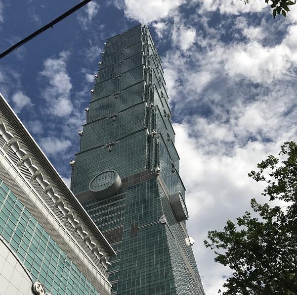 台北101タワーを見上げたところ
