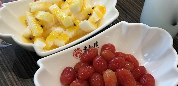 山芋のパッションフルーツソースがけとミニトマトのピクルス