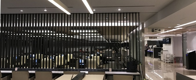 羽田空港の早朝のラウンジの様子