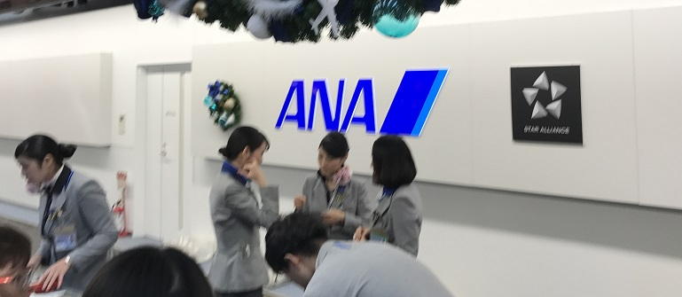 羽田空港のチェックインカウンター前の連絡ボード