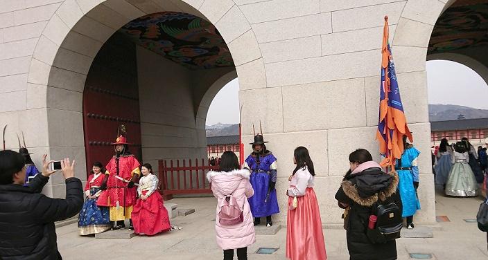 景福宮の光化門前の伝統的な服を着た守衛