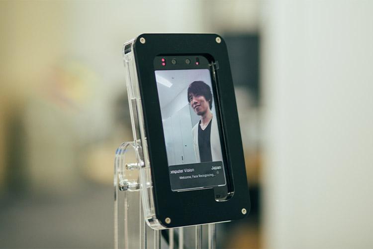 日本コンピュータビジョン社に設置されている顔認証搭載デバイス。