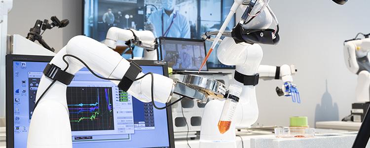 """""""東京と5Gで接続された大阪「5G X LAB OSAKA」に設置のロボットアーム。東京から遠隔でピペット操作が行われた"""""""