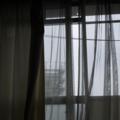 窓 曇り空