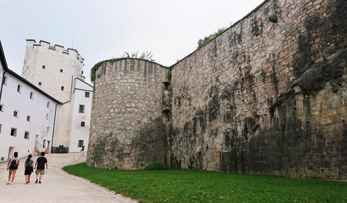 ホーエンザルツブルク城の中庭