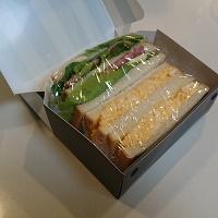 折りたたみサンドイッチケースにサンドイッチを入れたところ