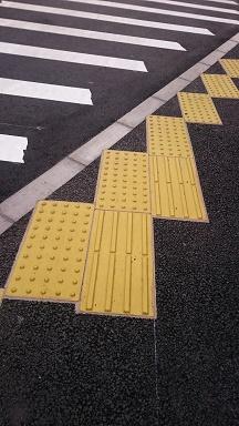 斜めに切れる歩道