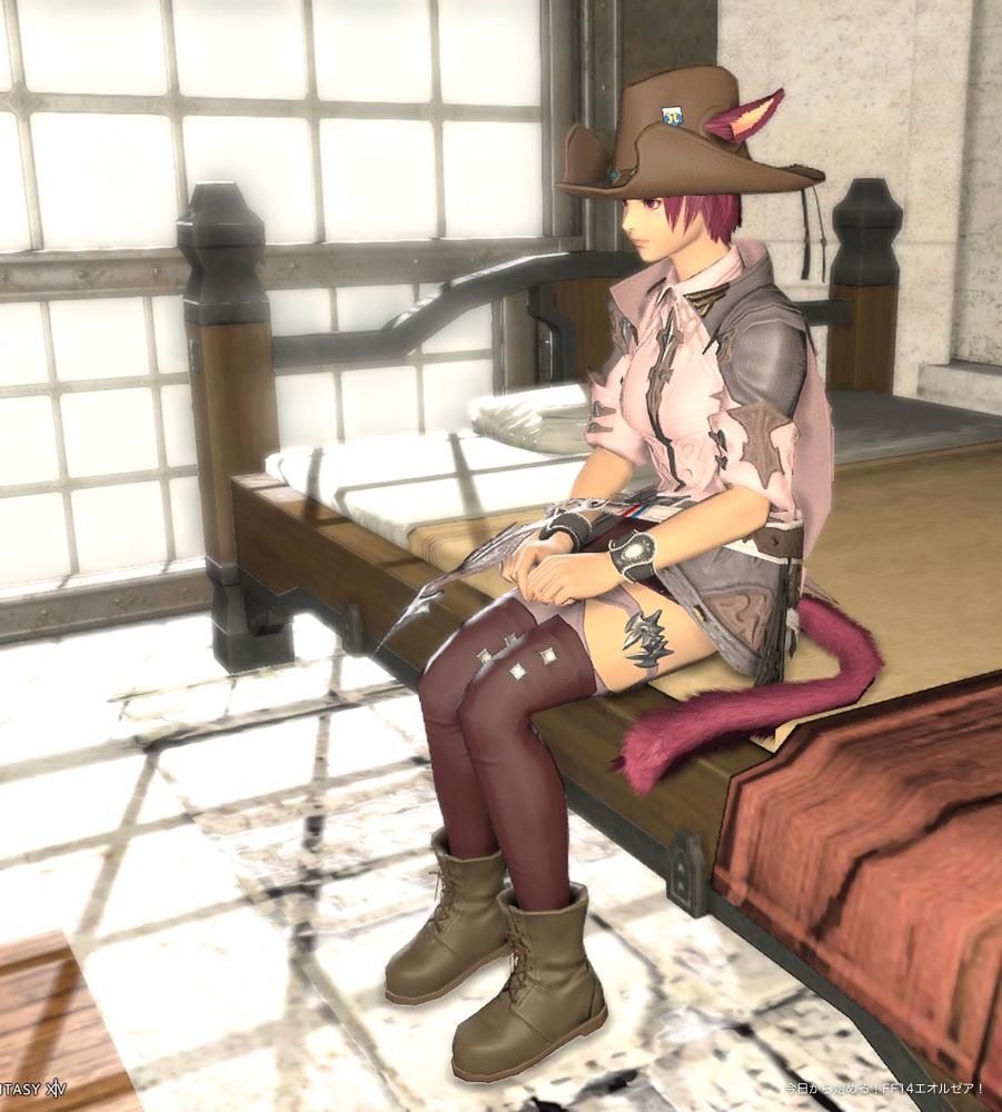FF14、ミコッテ♀のスクリーンショット。椅子に座って、手を膝の上に置いているポーズ。