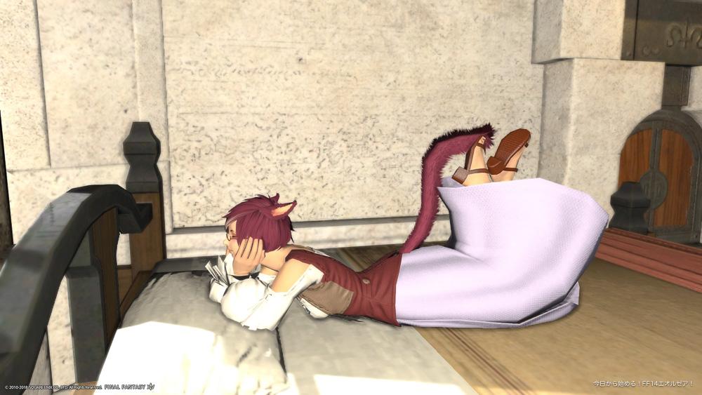 FF14ミコッテ♀のスクリーンショット。ベッドに横になって、頬杖を付いているポーズ。