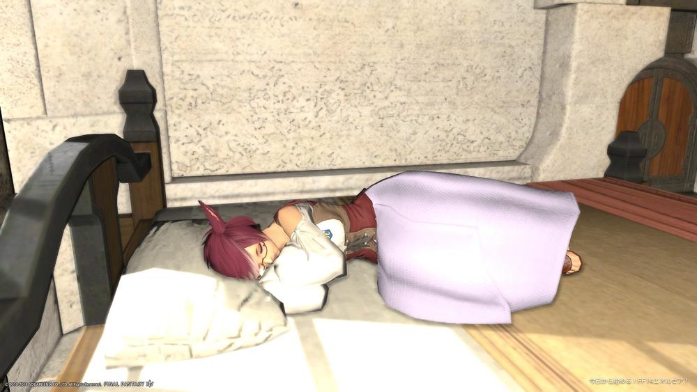 FF14ミコッテ♀のスクリーンショット。ベッドに横になって、横向きに寝ているポーズ。