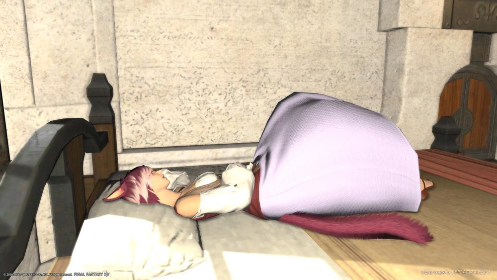 FF14、ミコッテ♀のスクリーンショット。ベッドに横になって、仰向けに寝ているポーズ。