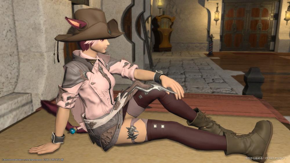 FF14のミコッテ♀が座っているスクリーンショット。足を伸ばして、片膝を立てているポーズ。