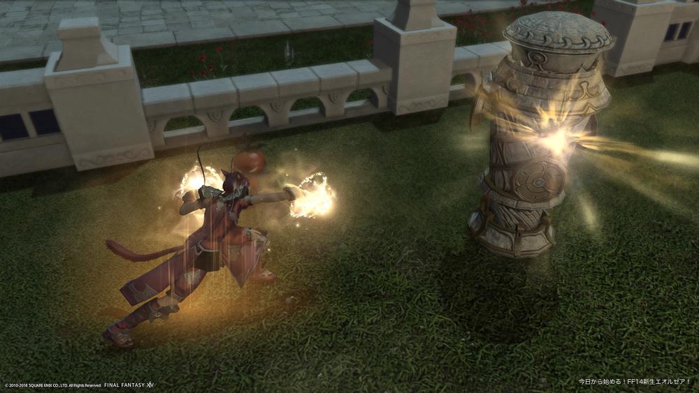 まずは深く考えずに撮影したスクリーンショット。モンクで木人を攻撃しているシーンを俯瞰で撮影。状況説明的な構図で迫力はない。(FF14)