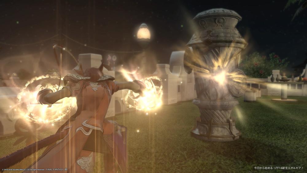 木人を攻撃しているスクリーンショット。撮影アングルを一人称視点に近い位置にしたことで、臨場感が感じられるようになった。(FF14)