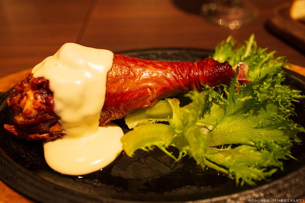 エオルゼアカフェ横浜店で提供されている、「三大珍味!!ゴブリンチーズを使ったスモークドードーレッグ」(FF14)