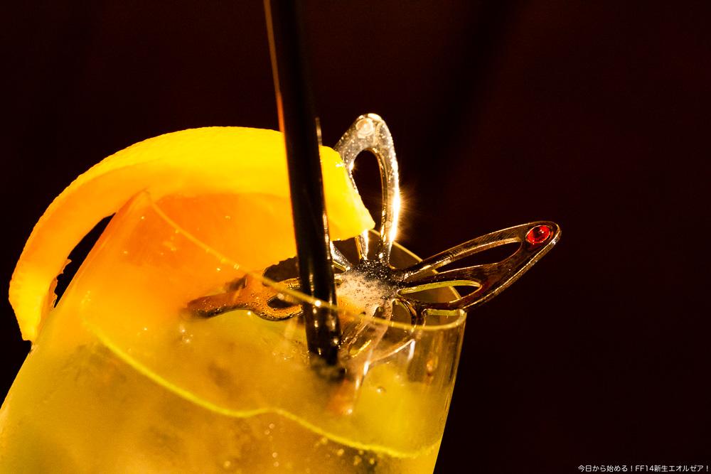 エオルゼアカフェ横浜店で提供されているカクテル「フェアリーの記憶」に付属の蝶の形をしたマドラー。(FF14)