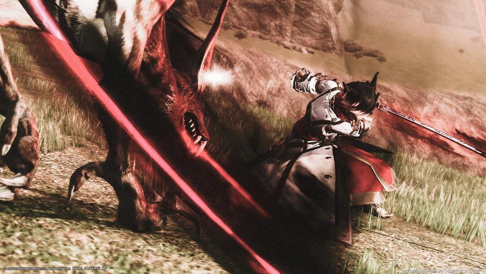 水没機構の騎士コーデで戦う暗黒騎士のミコッテ。モンスターを切りつけている。(FF14)