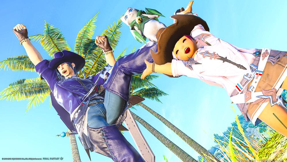 ヒューランとララフェルの二人が青空を背景に笑顔でジャンプしているところ。(FF14)