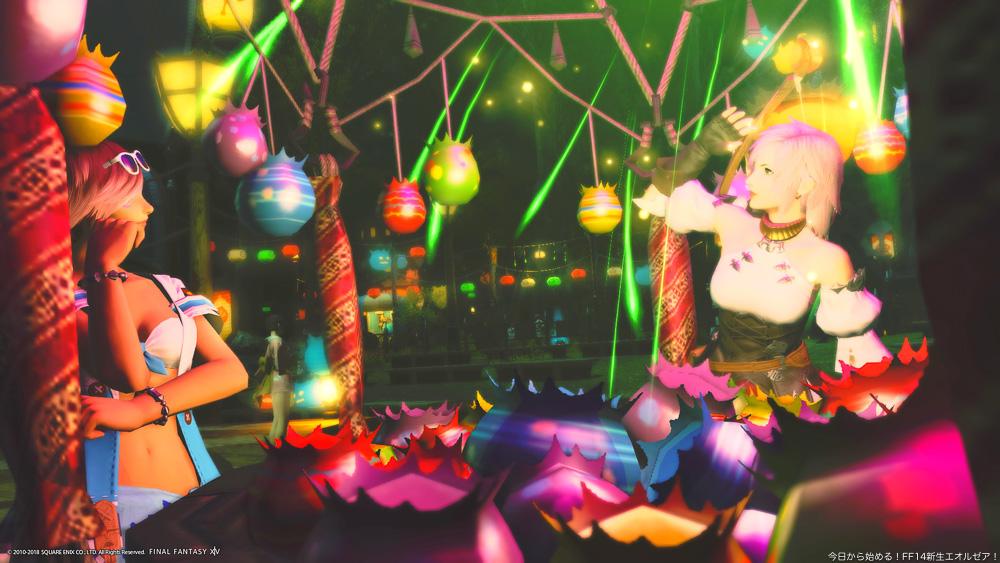 夏の夜、お祭りの屋台ではしゃぐ、ミコッテとヒューランの二人組。(FF14)