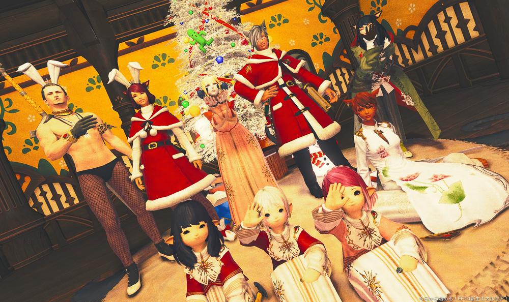 FCメンバーの個室のクリスマス飾りの前で記念撮影をするメンバー。(FF14)