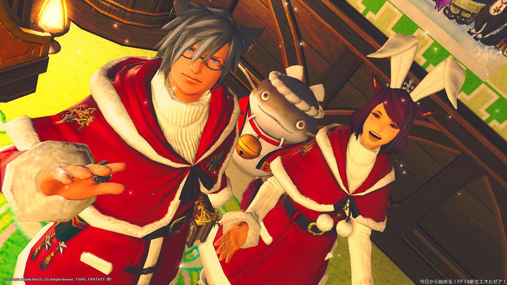 クリスマスの衣装を着たミコッテ男女のツーショット。真ん中の後ろにはハッピを着たナマズオが一緒に写っている。(FF14)