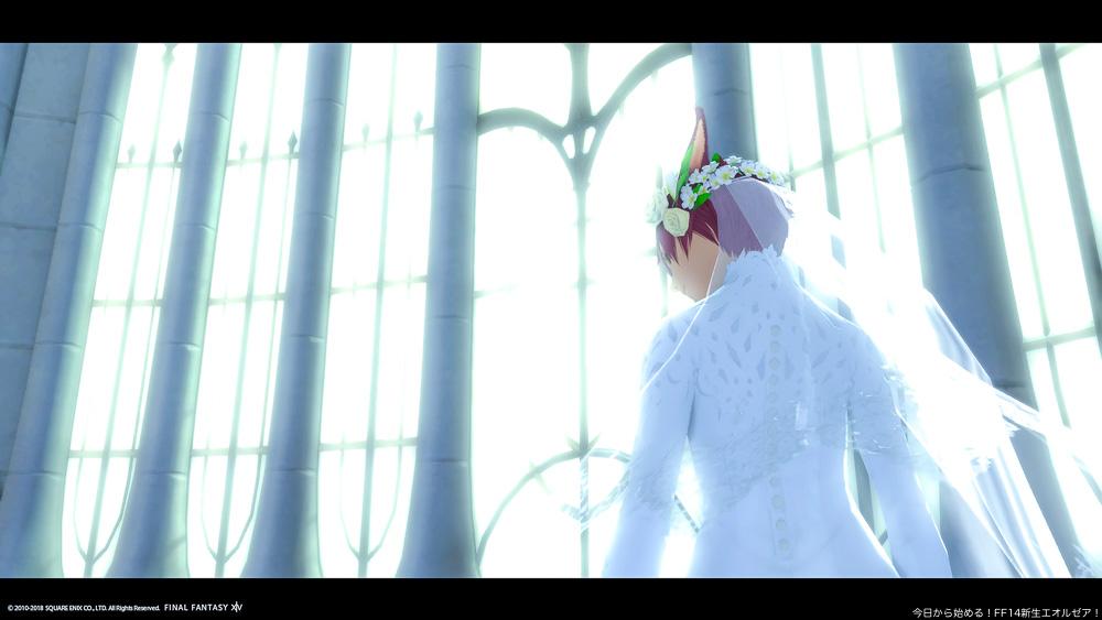 エターナルバンドの会場である大聖堂の待合室。ウェディングドレスを着て、大きな窓の前に立っている花嫁(ミコッテ女性)の後ろ姿。窓からは強い光が入ってきている。(FF14)