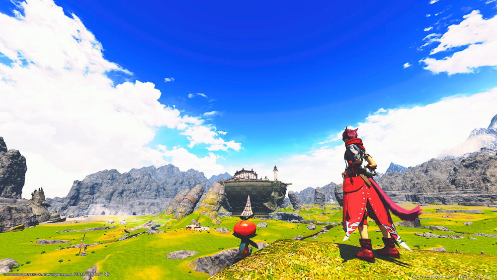 アジムステップの草原を高台から見渡すミコッテ女性の後ろ姿。空は真っ青で夏のような雲が浮いている。壮大な景色。(FF14)