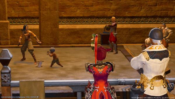 ウルダハの格闘士ギルドで訓練に励む格闘士を見守る、ギルドマスターとミコッテの後ろ姿。(FF14)