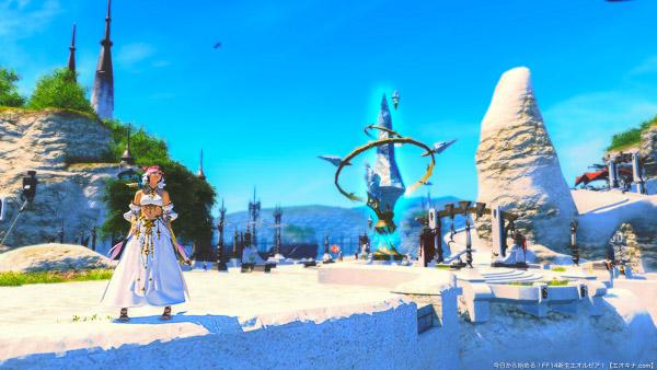 リムサロミンサのエーテライトプラザを背景に、青空を見上げるミコッテ。白いサベネアンビスチェを身につけている。(FF14)