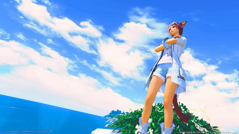 よく晴れた空と海を背景に空を見上げるミコッテ。夏を感じさせる。(FF14)