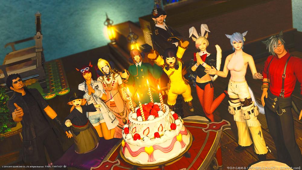 フリーカンパニーメンバー10人がケーキを囲んでポーズをとっている集合写真。(FF14)
