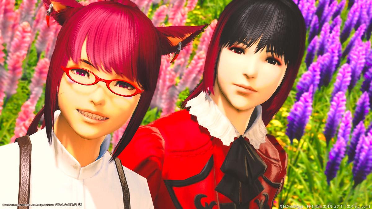 ラベンダーベッドの花畑を背景に、微笑むミコッテ女性(アキナ)とヒューラン女性(アヤノ)の二人。(FF14)