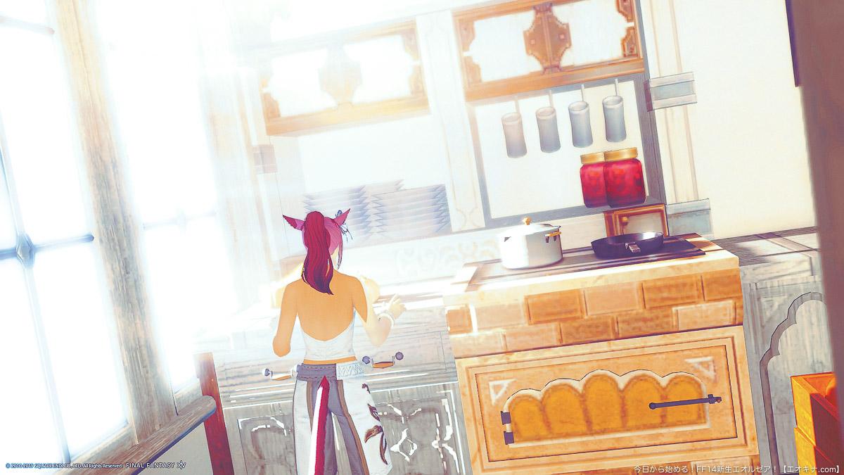 FCハウスの個室に作られた、朝日が差し込む明るいキッチン。部屋着のミコッテ女性が後ろ向きに写っている。(FF14)