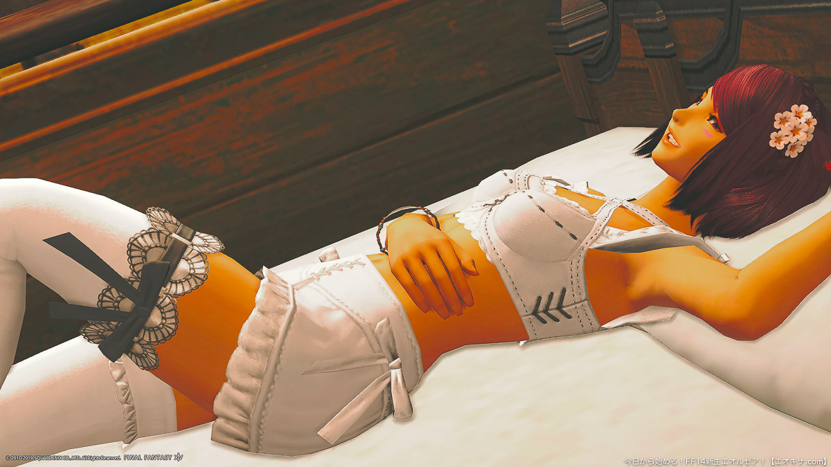ベッドに横になっているミコッテ女性が、笑顔を見せている。(FF14)